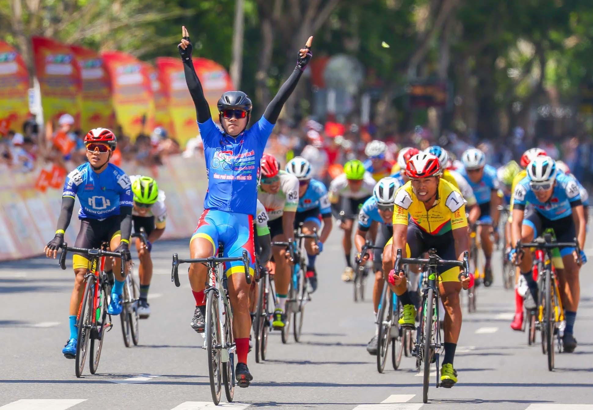 Giành chiến thắng ở chặng 12, Tấn Hoài củng cố vững chắc danh hiệu Áo Xanh. Ảnh: Huỳnh Thuận.