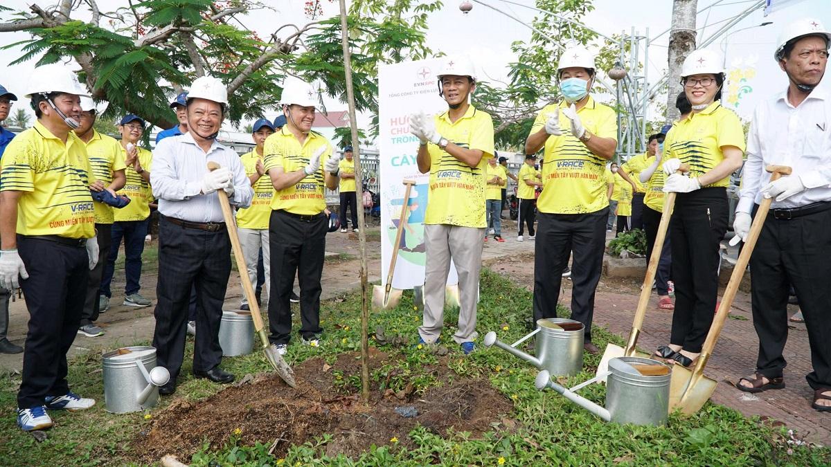 Bapak Lam Van Man (ketiga dari kanan), Sekretaris Komite Partai Provinsi Soc Trang menanam pohon pada upacara peluncuran.  Foto: Universitas.