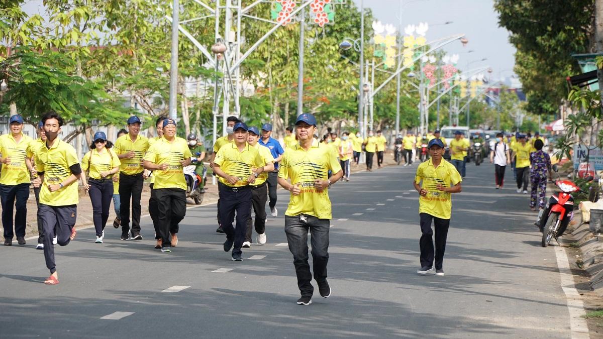 Runner in yellow dress running in Soc Trang.