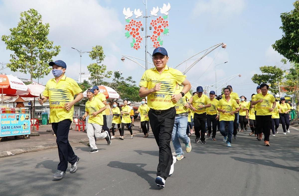 Pelari berbaju kuning berlari di Soc Trang.