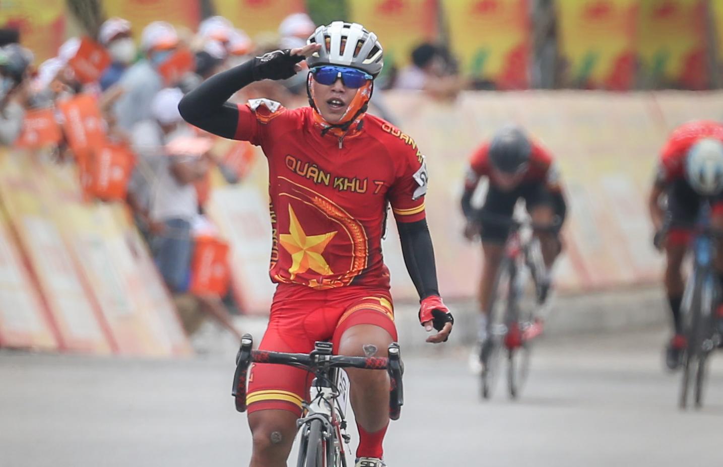 Nguyễn Văn Nhã một mình cán đích ở Quảng Nam trưa nay, 19/4. Ảnh: Văn Thuận.