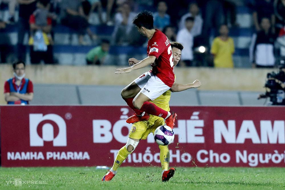 Lee Nguyen menendang Hoang Xuan Tan, mengakibatkan diskualifikasi dalam pertandingan Kota Ho Chi Minh kalah 2-3 di Stadion Thien Truong pada 18 April.