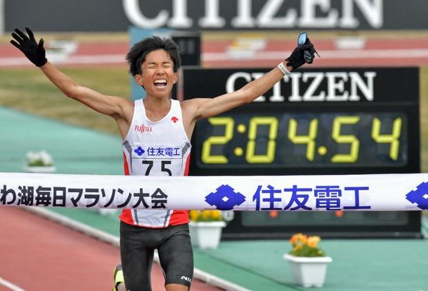 Kengo Suzuki crossed the finish line with a Japanese record at the Marathon Lake Biwa Mainichi competition