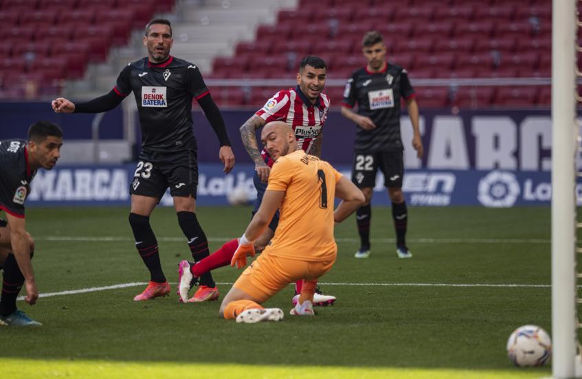 Correa xoay người nâng tỷ số lên 2-0. Ảnh: Mundo Deportivo.