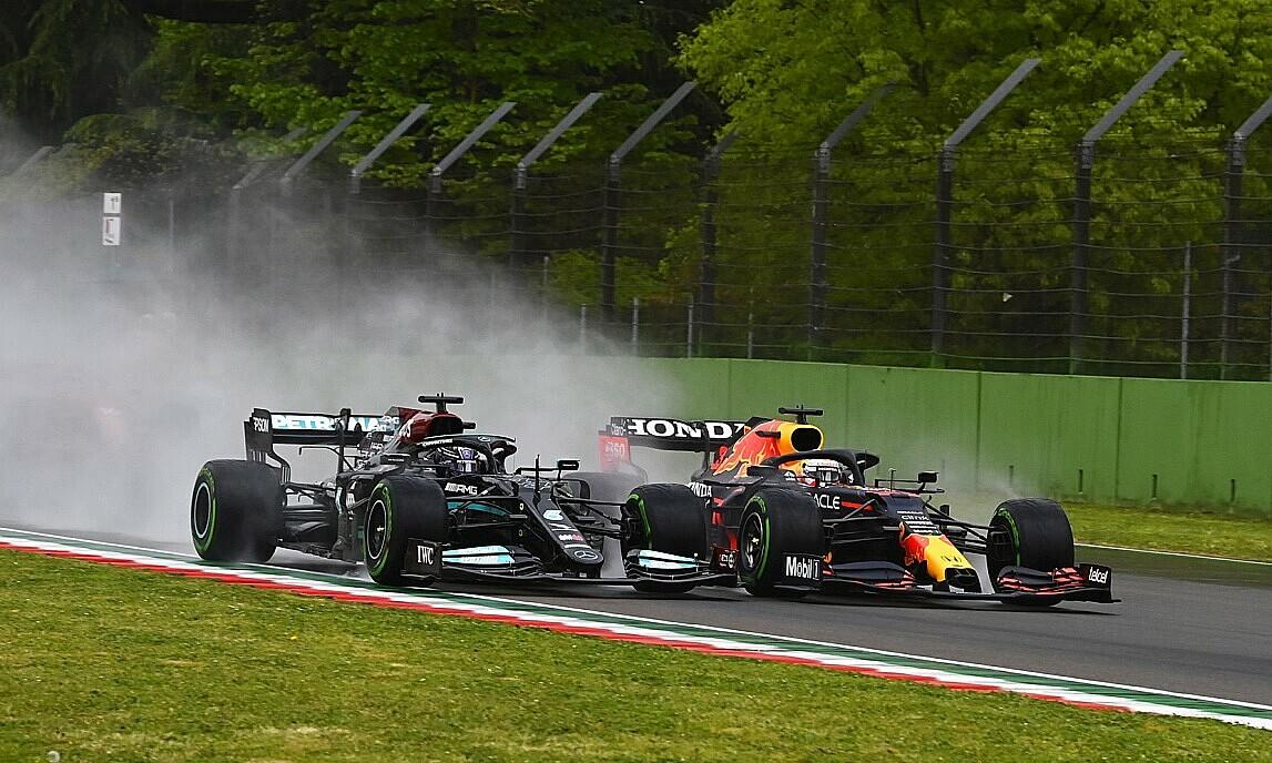 Mobil Hamilton sedikit mengalami kerusakan spoiler depan karena bertabrakan dengan Verstappen.  Foto: Motosport