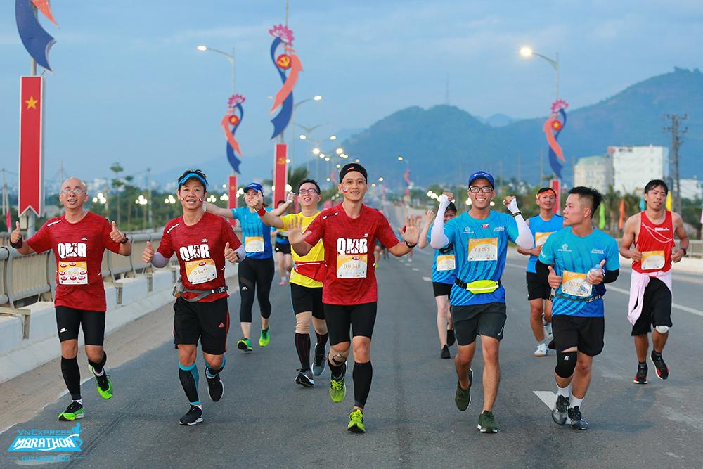 Group of athletes on Thi Nai Bridge, VnExpress Quy Nhon Marathon 2020. Photo: VnExpress Marathon.
