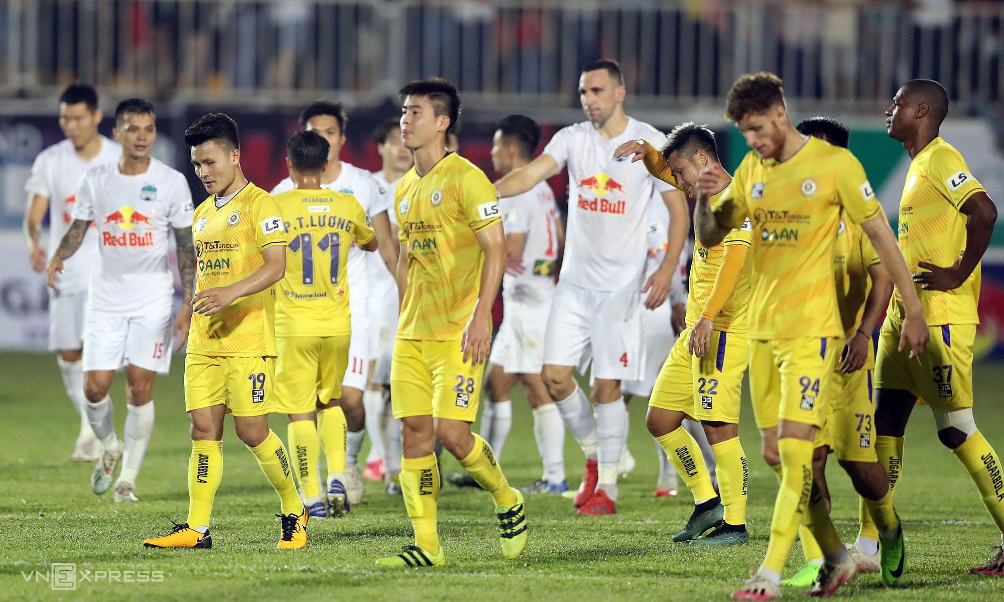Quang Hai, Dinh Trong dan rekan satu timnya meninggalkan lapangan setelah peluit akhir di Stadion Pleiku pada 18 April.  Foto: Duc Dong