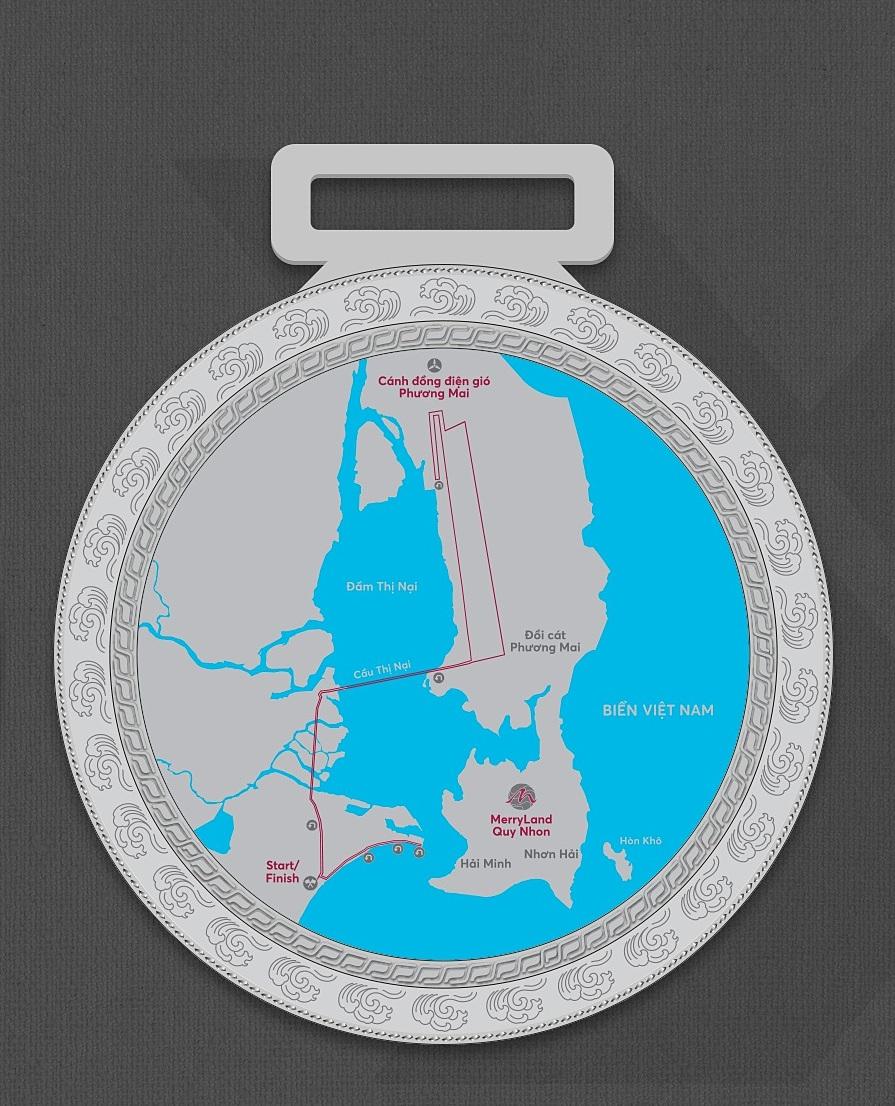Di belakang medali adalah landasan pacu.
