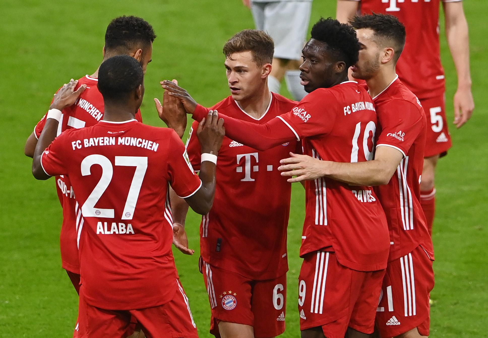 Kimmich (No. 6) berbagi kegembiraan dengan rekan setimnya di Bayern.  Foto: Reuters.