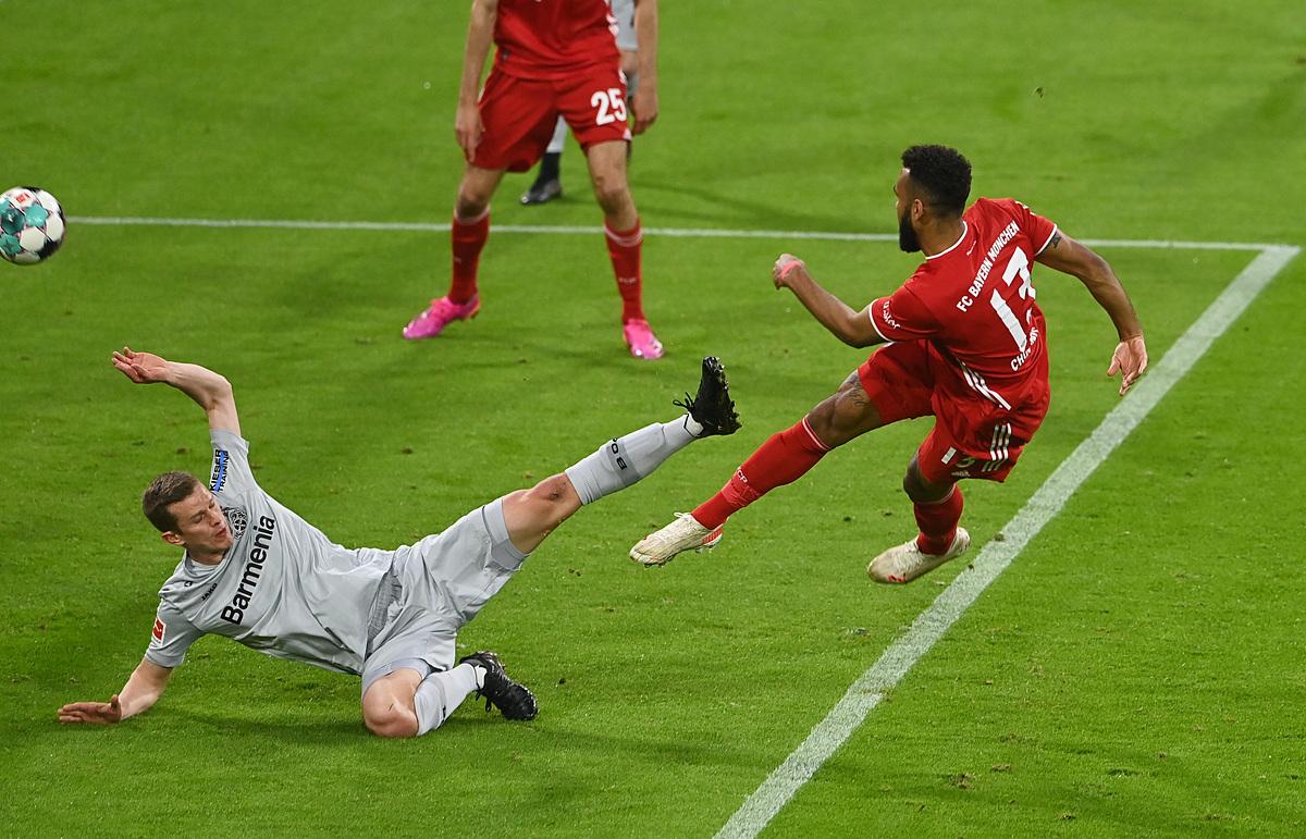 Choupo-Moting dứt điểm thành bàn mở tỷ số cho Bayern. Ảnh: Reuters.