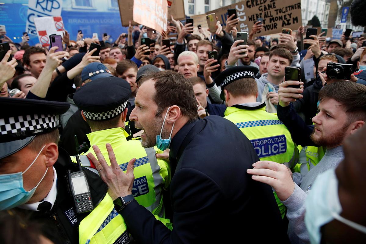 Para suporter dikepung oleh pintu gerbang, menyebabkan para pemain Chelsea kesulitan memasuki lapangan.  Foto: Reuters.