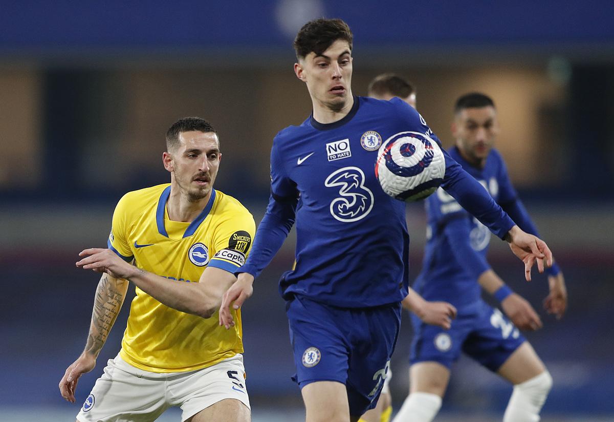 Kai Havertz lolos dari cengkeraman pemain Brighton saat pertandingan di Stamford Bridge.  Foto: Reuters.