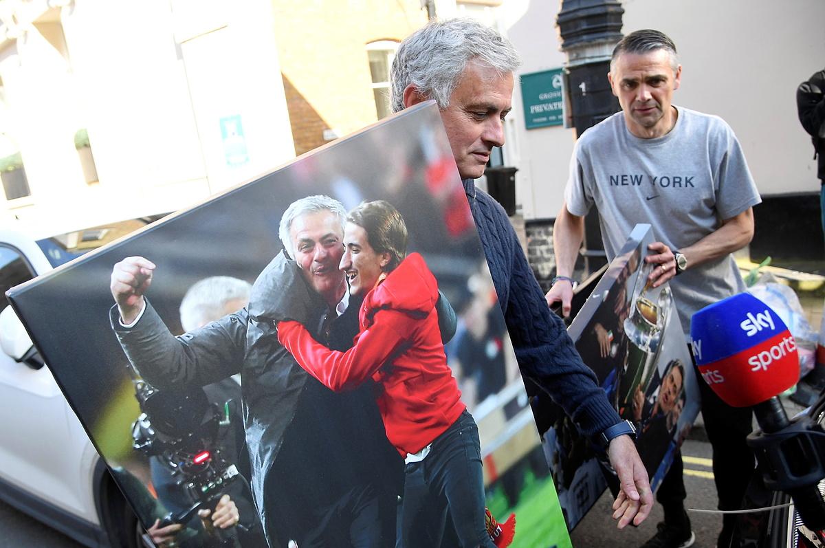 Mourinho dọn đồ vào nhà ở London, không lâu sau khi bị Tottenham sa thải chiều 19/4. Ảnh: Reuters.