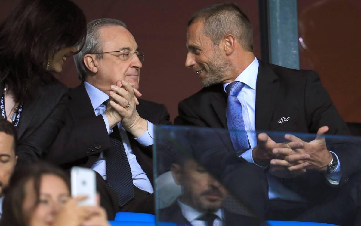 Perez (giữa) và Ceferin (phải) khi còn vui vẻ với nhau. Ảnh: Reuters.