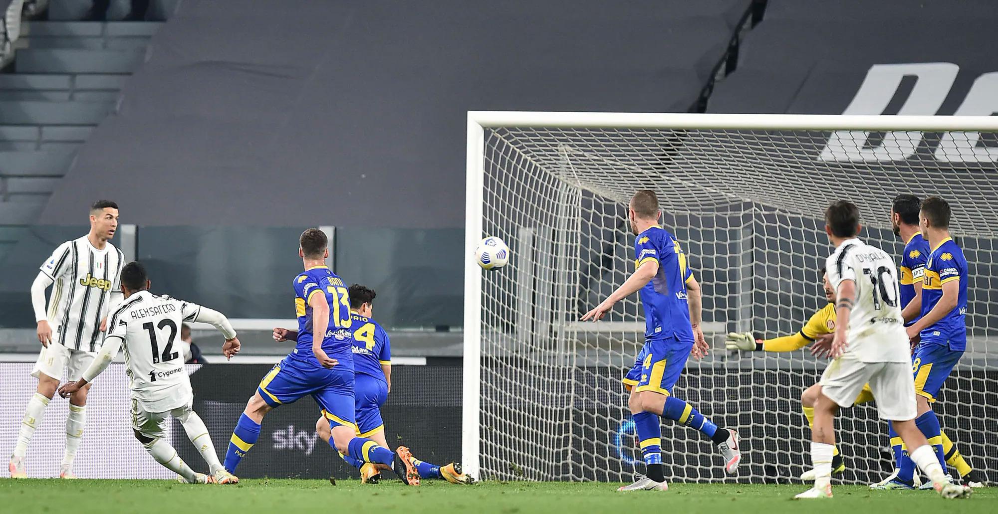 Alex Sandro vô-lê gỡ hoà 1-1 cho Juventus ở phút 43. Ảnh: Ansa