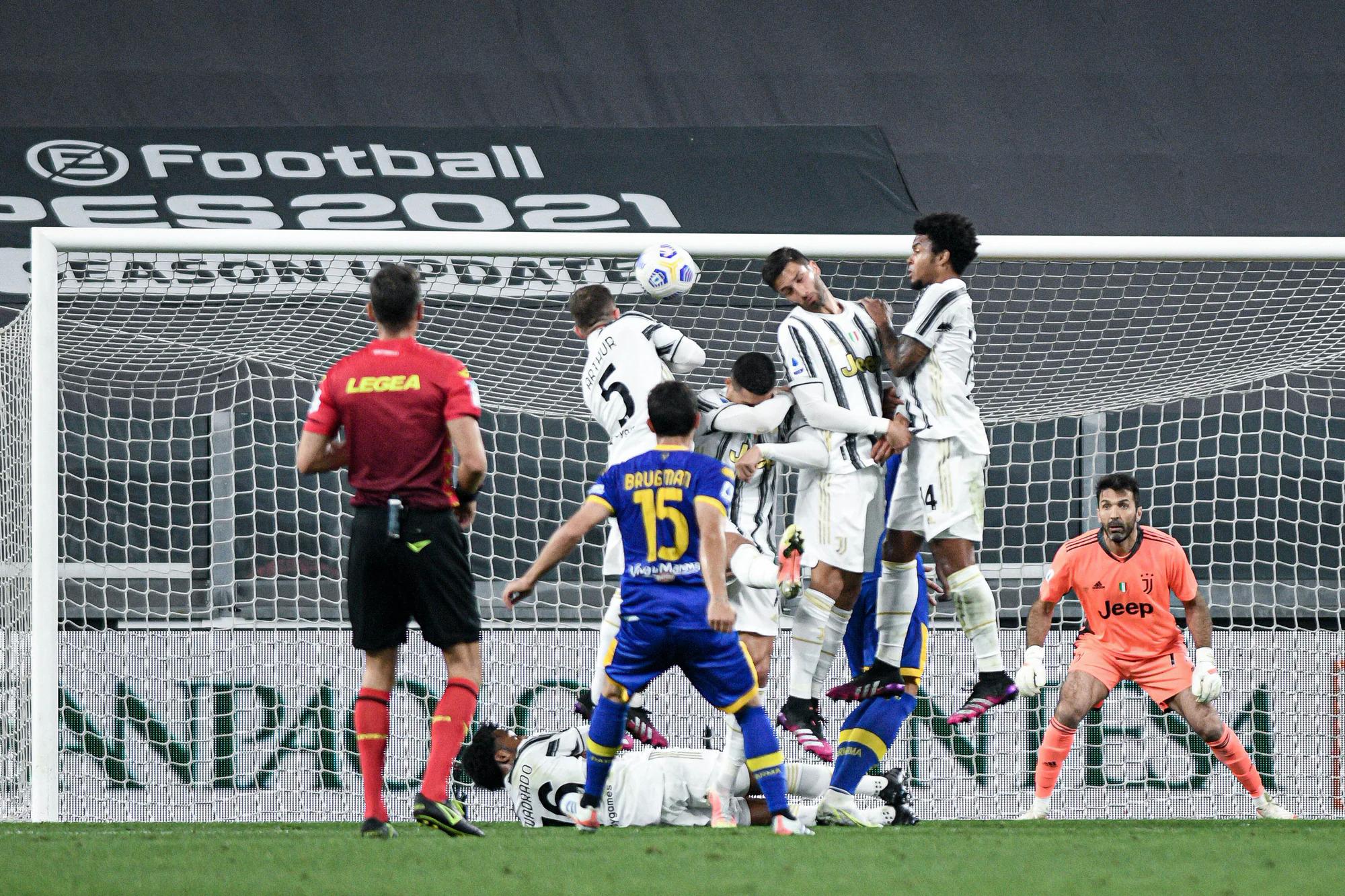 Gara-gara Ronaldo, Juventus harus menghitung ulang rencana personel untuk melakukan pagar pembatas terhadap tendangan bebas.  Foto: Lapresse