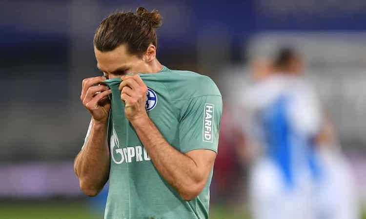 Bek Schalke Benjamin Stambouli kecewa setelah peluit akhir kekalahan dari Arminia.  Foto: EPA.