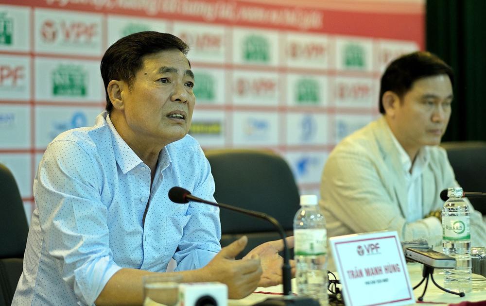 Ông Trần Mạnh Hùng là chủ tịch đặc biệt khi không bao giờ tới sân xem đội nhà đá, nhưng thường xuyên đi coi các CLB khác thi đấu.