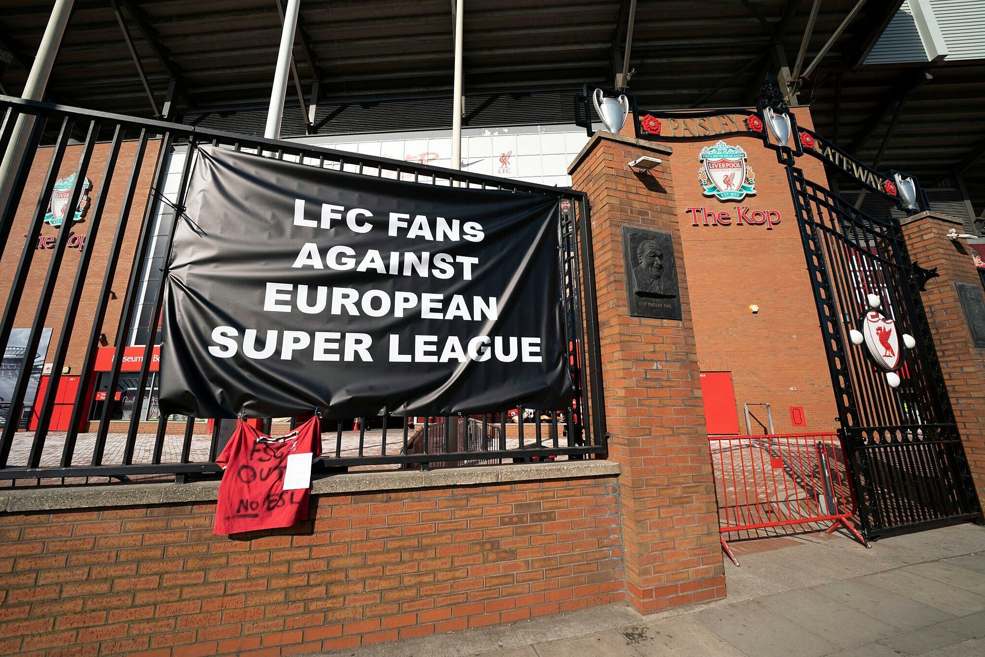 CĐV Liverpool căng băng-rôn phản đối Super League bên ngoài sân Anfield hôm 19/4. Ảnh: AP