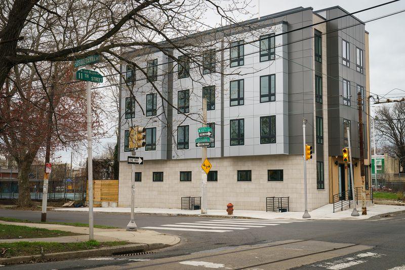 Di luar apartemen di sudut 11th Street dan Susquehanna Avenue, di mana Braithwaite adalah salah satu investornya.  Foto: Inquirer.