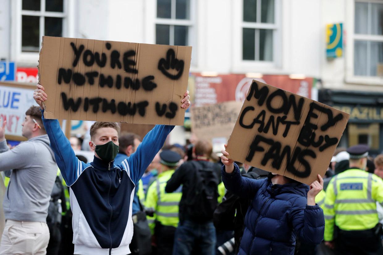 Người hâm mộ biểu tình phản đối Chelsea tham gia sáng lập Super League hôm 19/4. Ảnh: Reuters