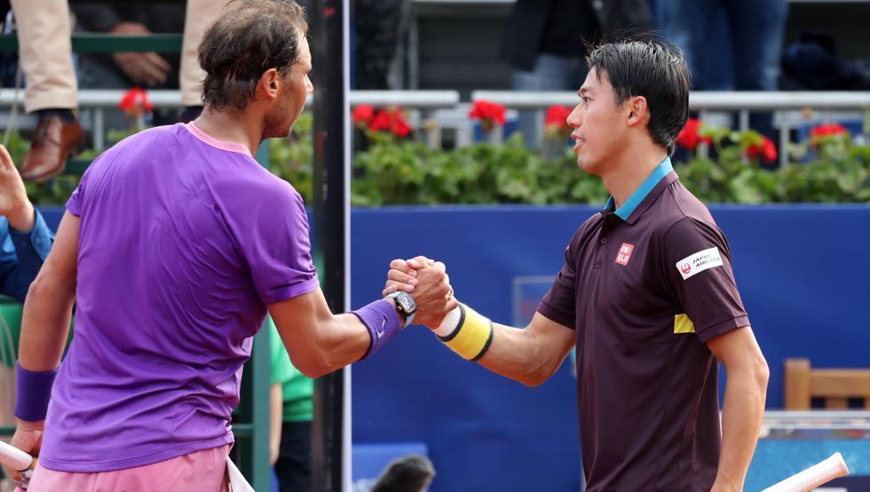Nadal bắt tay động viên Nishikori sau chiến thắng. Ảnh: Mundo Deportivo