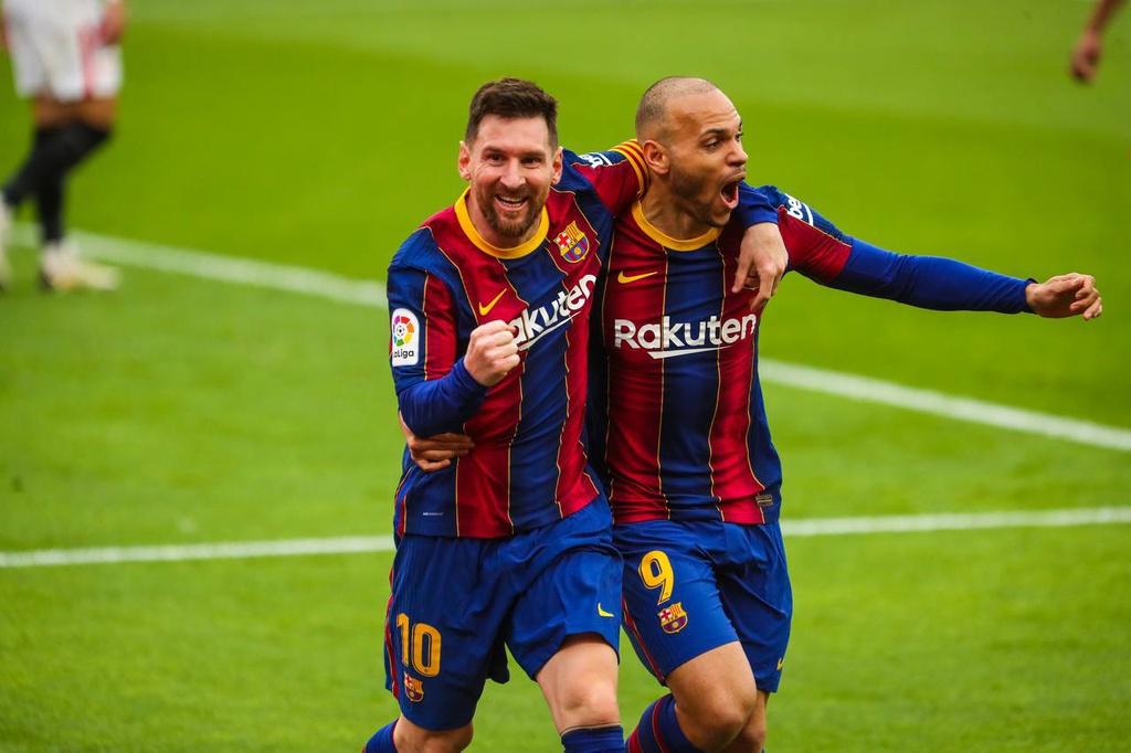 Braithwaite merayakan gol dengan Messi.  Foto: AFP.