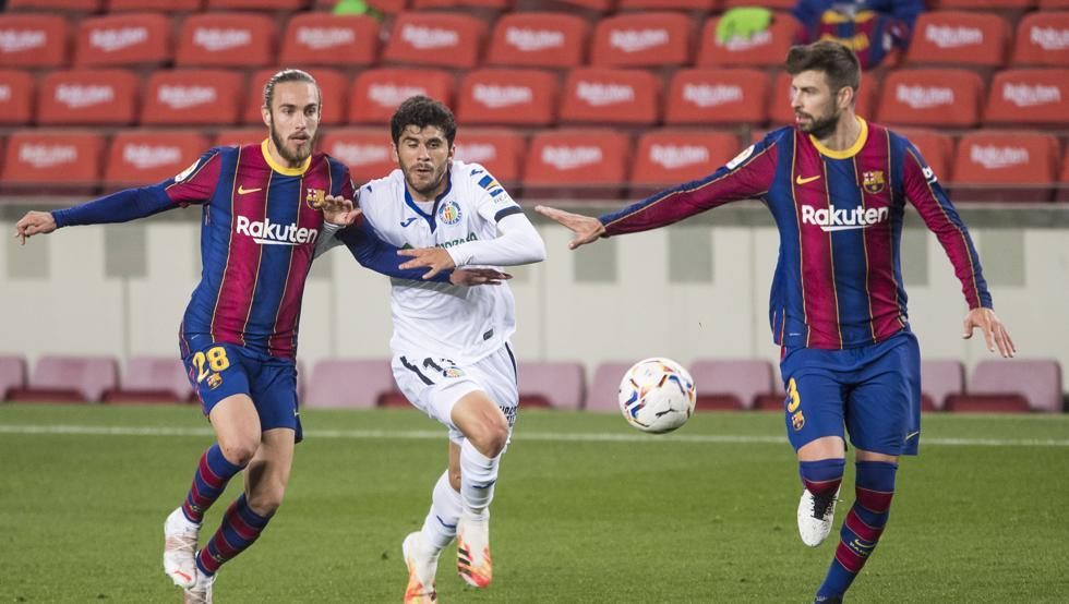 Mingueza (ซ้าย) อายุเพียง 21 ปีและฉายแววในฤดูกาลแรกของการเล่นให้กับทีมแรกของ Barca  ภาพ: Mundo Deportivo
