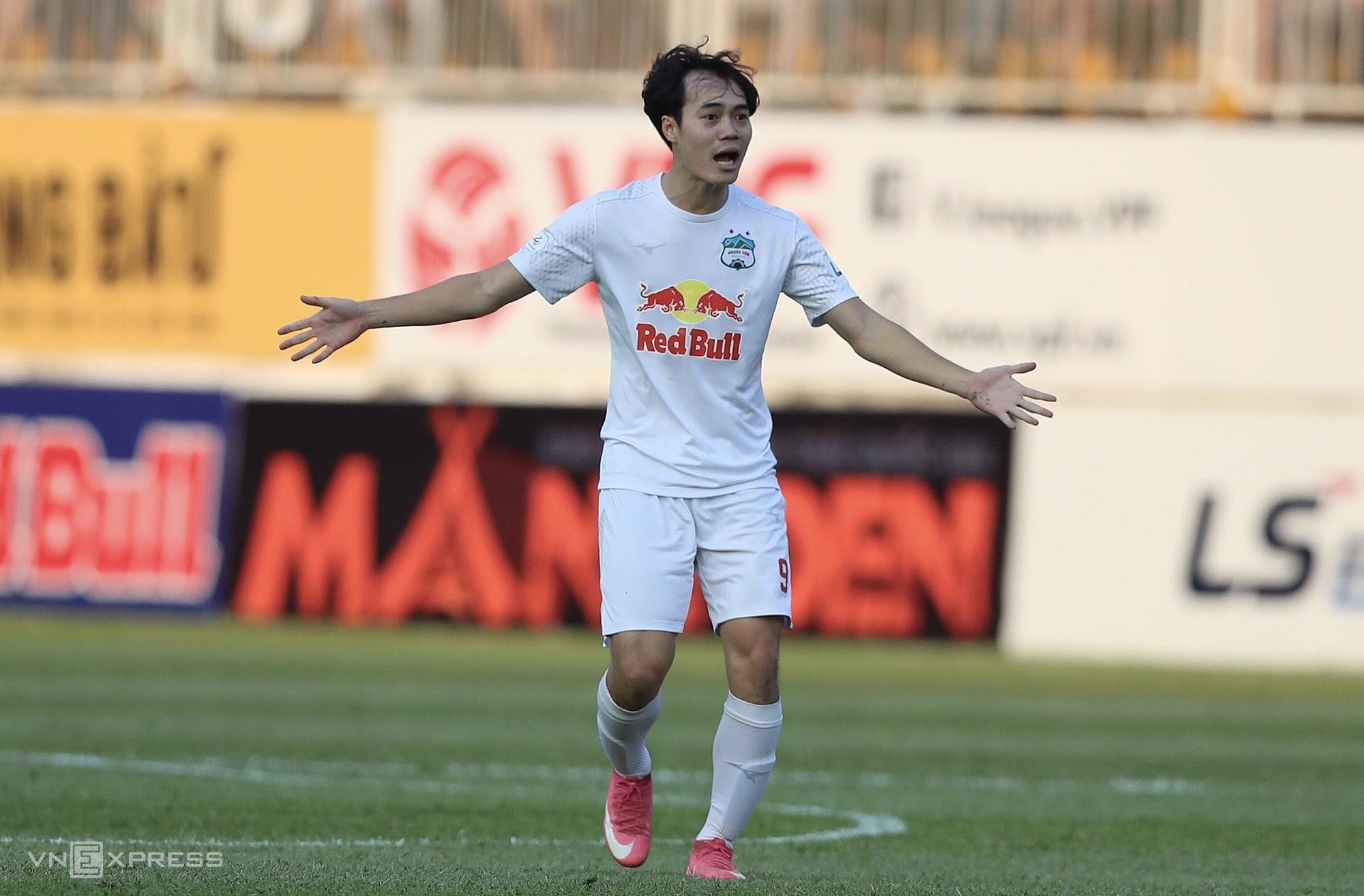 Van Toan mencetak sepatunya pada sembilan gol dalam 10 pertandingan musim ini.  Foto: Duc Dong