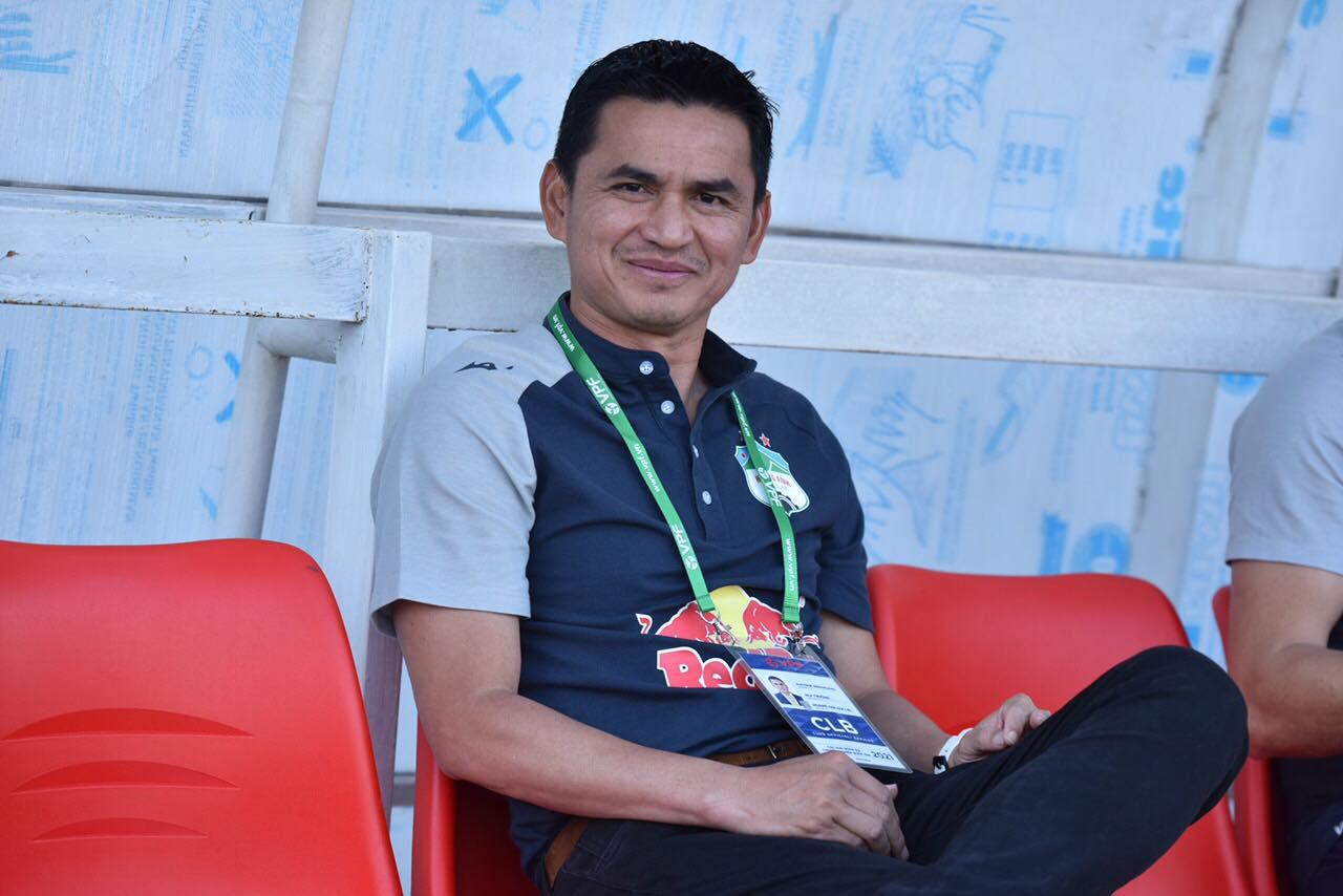 HLV Kiatisuk trên băng ghế chỉ đạo của HAGL ở trận đấu với An Giang chiều 22/4. Ảnh: Hà Ngọc Chính.