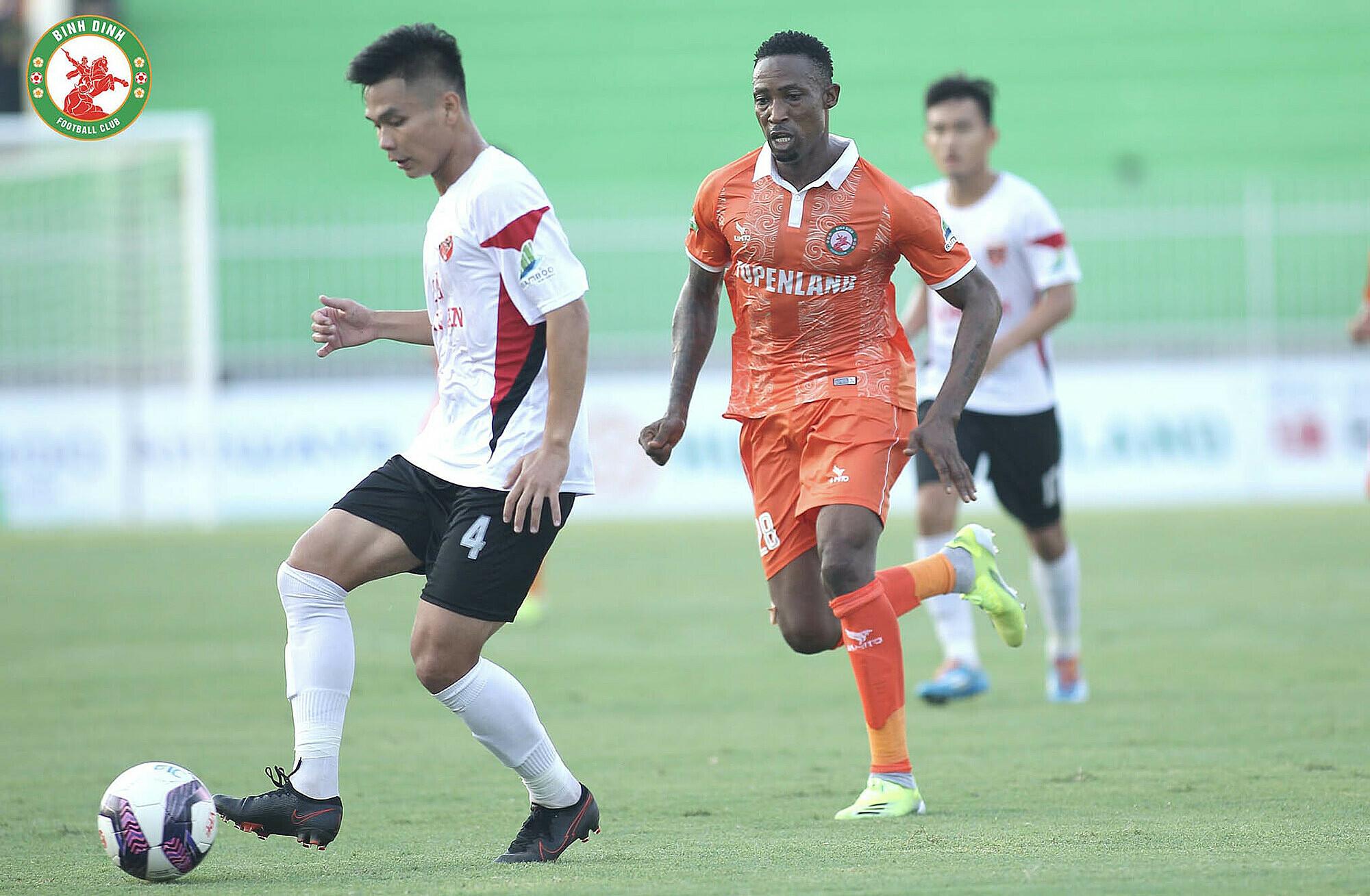 Dinh Hoang Max (28, belakang) bermain mengesankan dalam debutnya tetapi tidak bisa membantu Binh Dinh menang.  Foto: Binh Dinh FC.