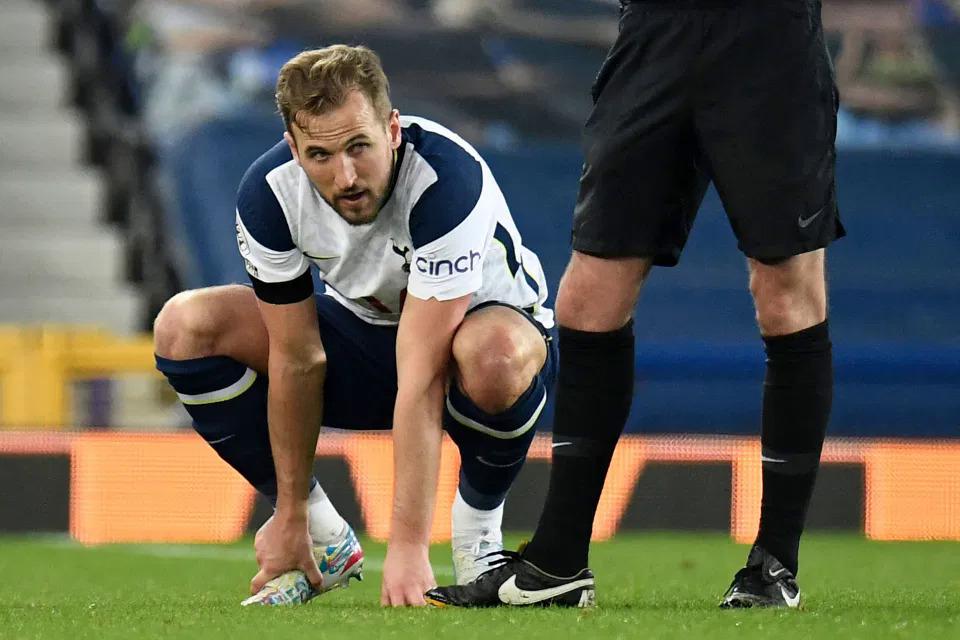 Kane bị đau trong trận hoà Everton 2-2 hôm 17/4. Ảnh: AFP