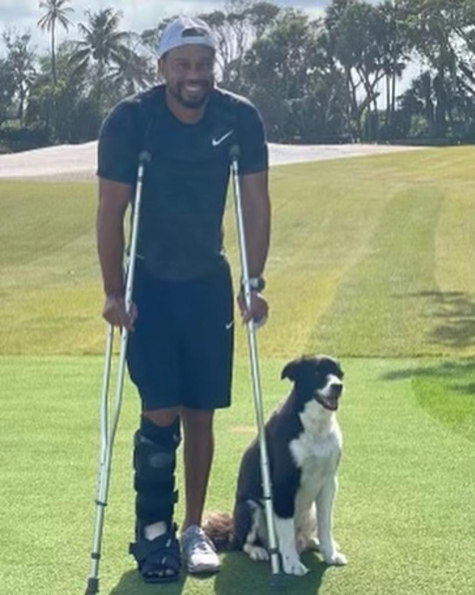 Bức ảnh chống nạng tập đi được Tiger Woods đăng trên Instagram.