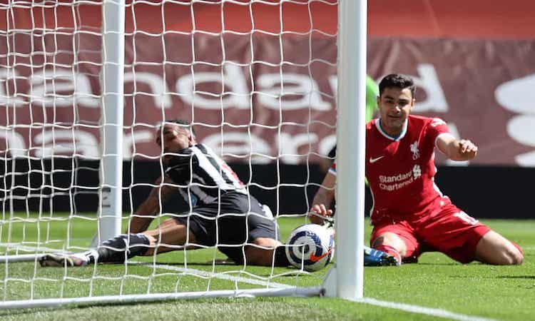 Upaya Liverpool pada menit-menit terakhir untuk mempertahankan gawang tidak berhasil.  Photoh: Reuters.