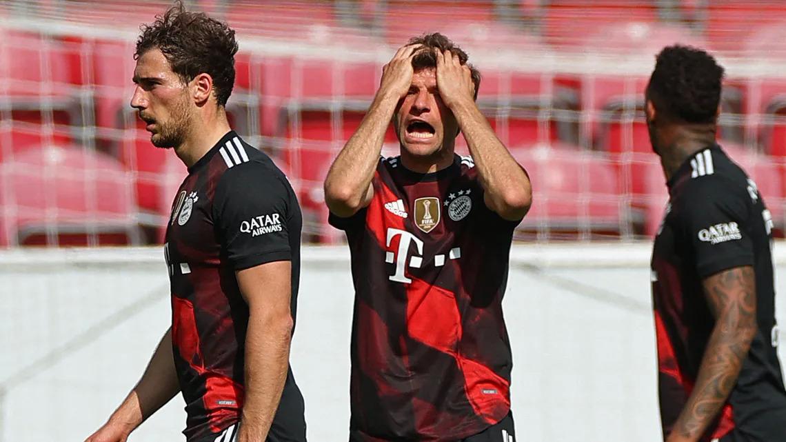 Muller (tengah) marah saat tim tuan rumah kebobolan.  Foto: Bundesliga