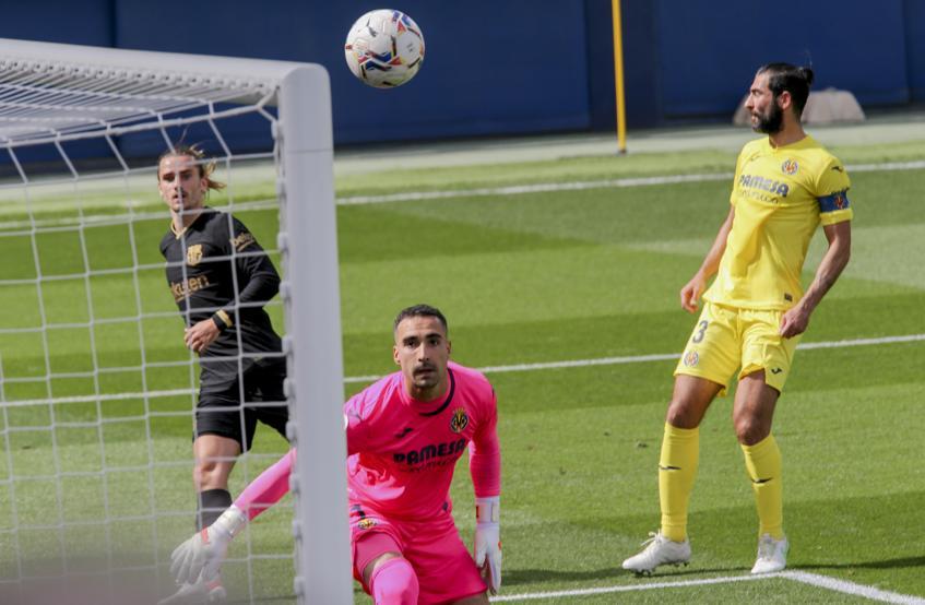 Griezmann menceploskan bola di pojok tinggi untuk menyamakan kedudukan 1-1 bagi Barca.  Foto: AP