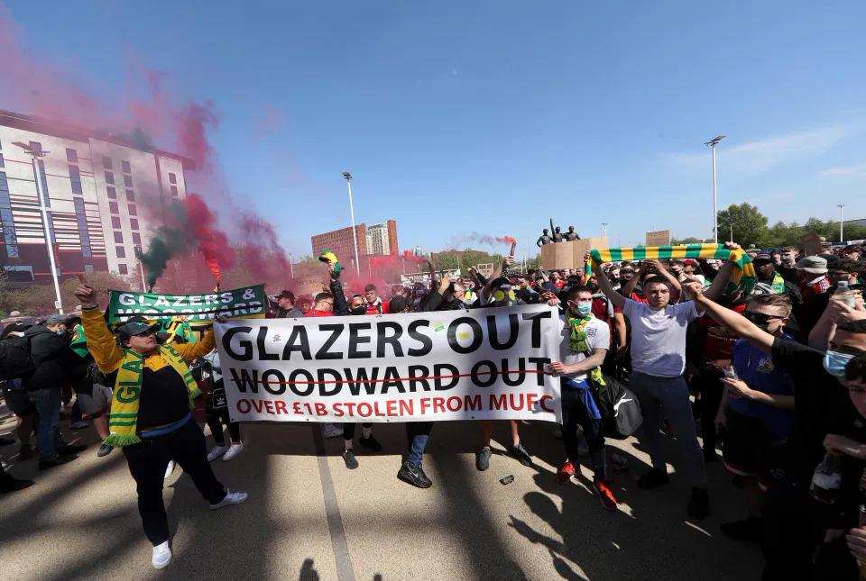 Fan Man Utd memasang spanduk Rumah Kaca untuk pergi keluar saat berdemonstrasi di luar Old Trafford.  Foto: PA