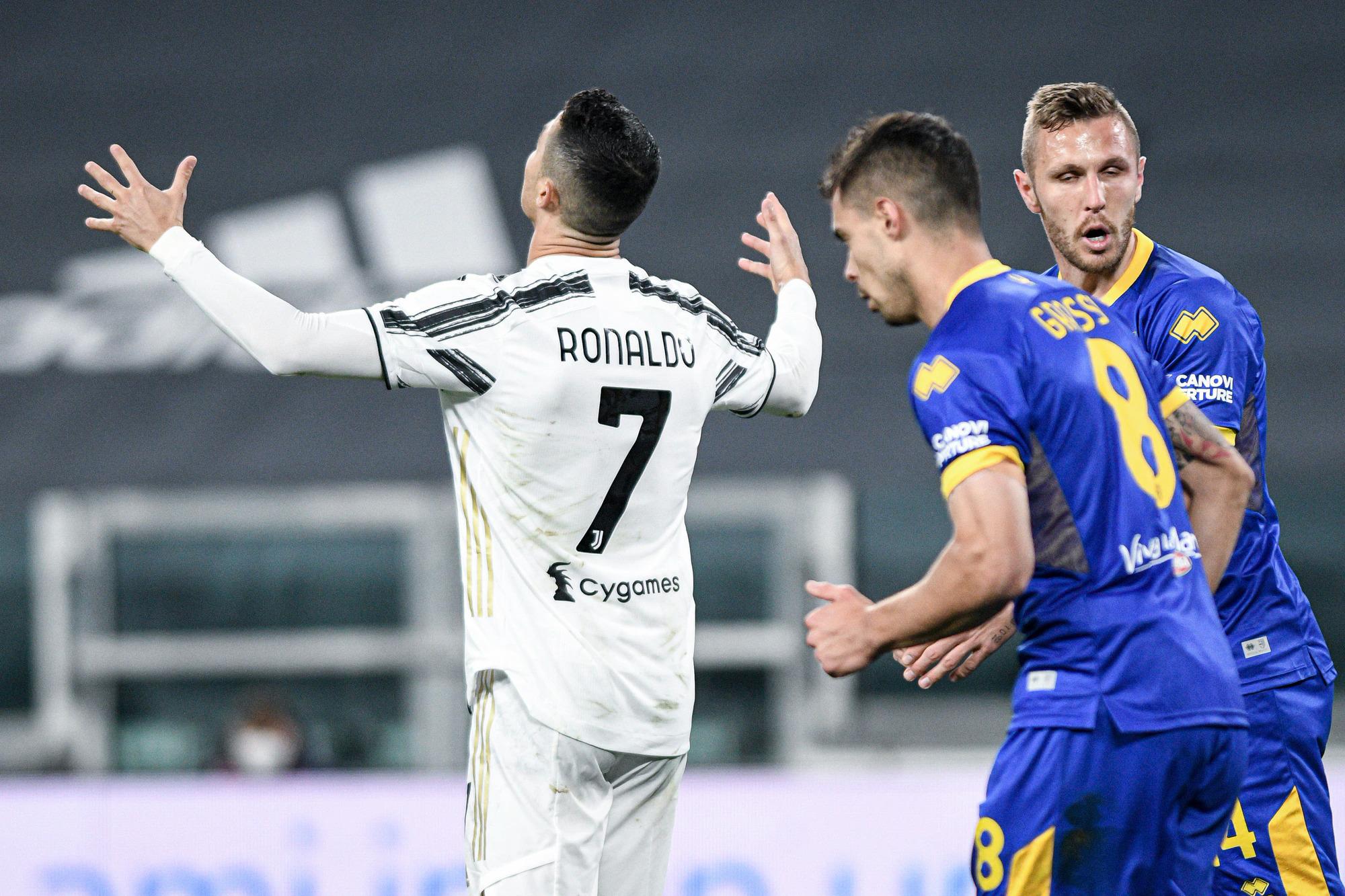 Ronaldo bức xúc sau pha hỏng ăn ở đầu trận thắng Parma hôm 21/4. Ảnh: Lapresse