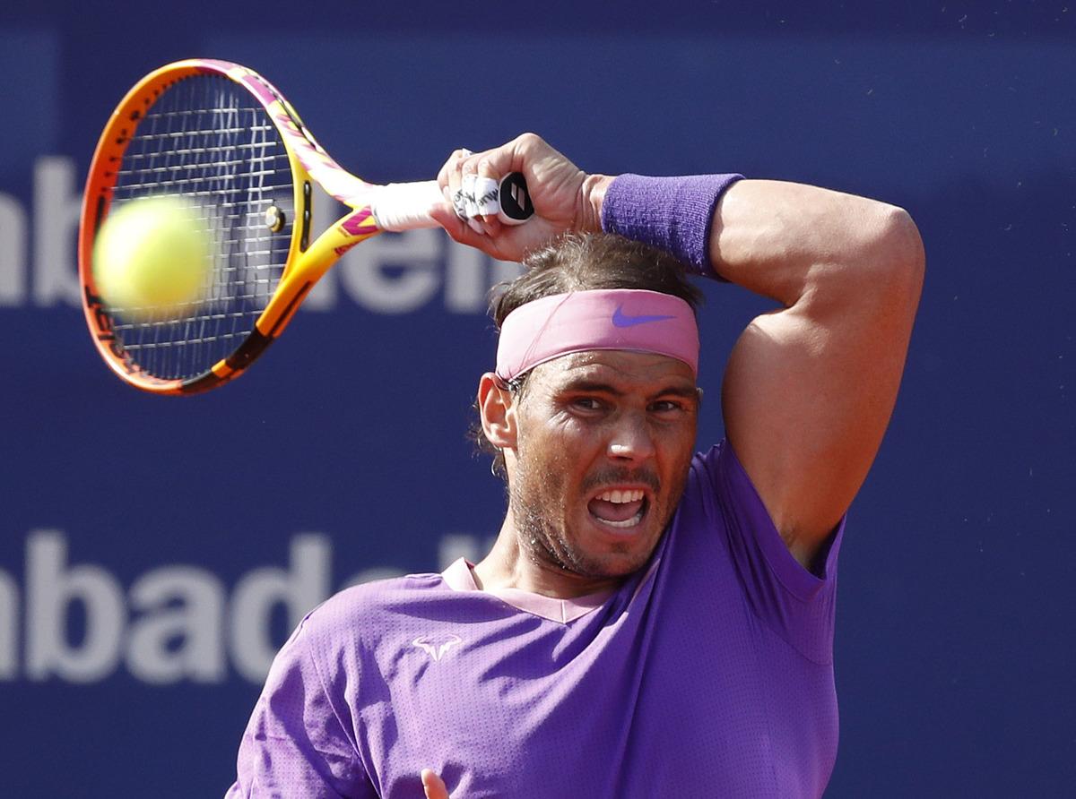 Meski sudah bekerja keras, Nadal tak membiarkan Tsitsipas membuat kejutan.  Foto: Reuters.
