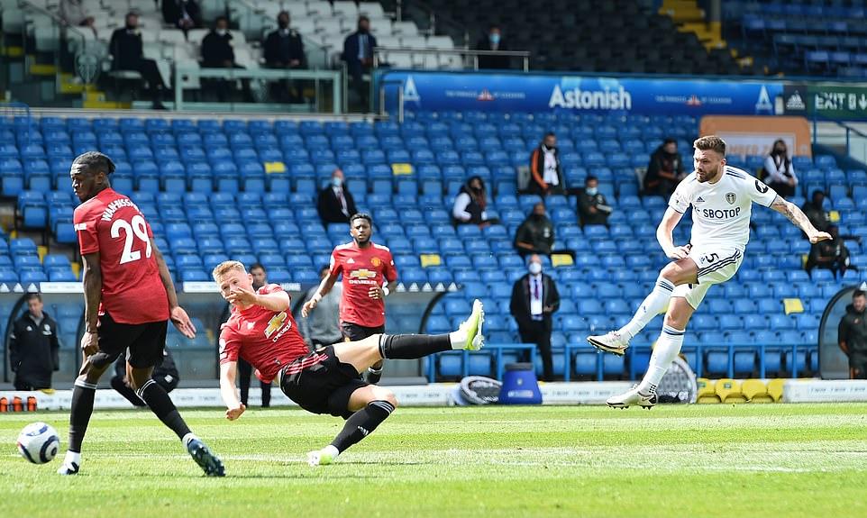 Fred (áo đỏ, thứ ba từ trái sang) chơi không mấy ấn tượng ở vị trí tiền vệ trung tâm trong trận hòa Leeds. Ảnh: Reuters.