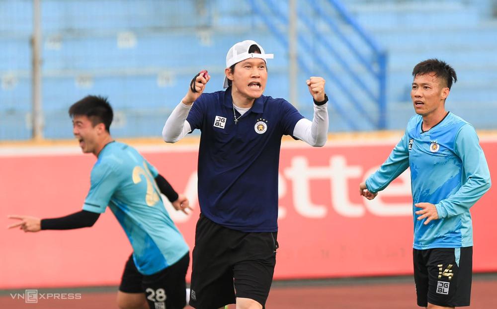Mr. Park Choong Kyun adalah pelatih asing pertama dalam sejarah klub Hanoi.  Foto: Dan Minh
