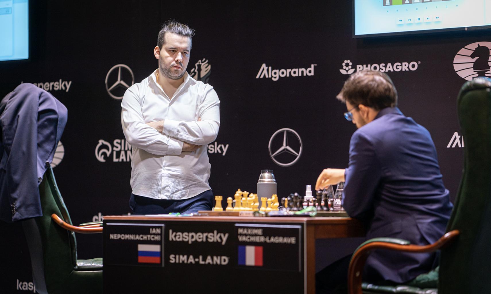 Nepomniachtchi (trái) sẽ trở thành thách thức thực sự để Carlsen bảo vệ ngôi Vua cờ. Ảnh: FIDE