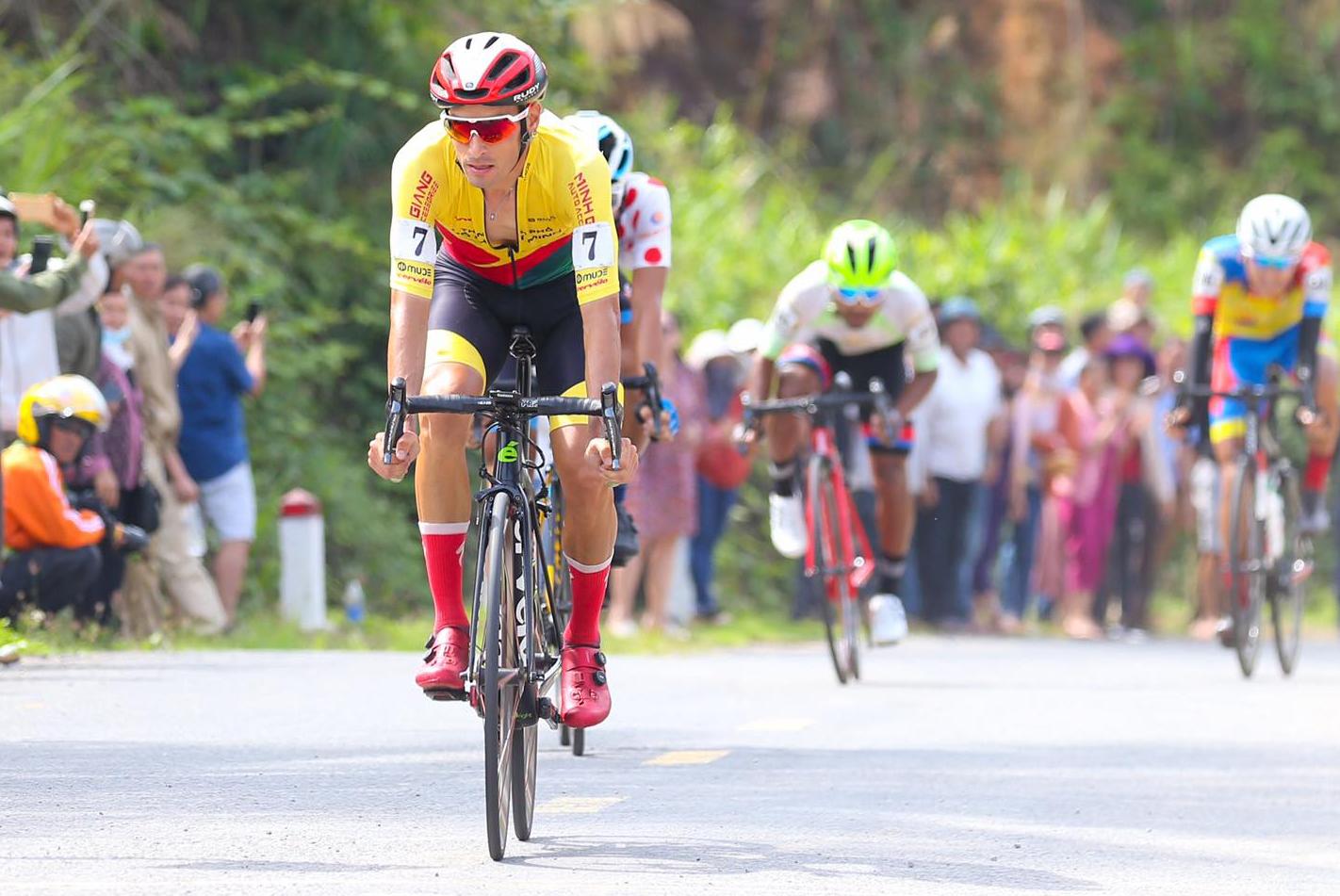Cán đỉnh đèo Ngoạn mục đầu tiên, Javier Perez sớm giành Áo Đỏ Cup Truyền hình 2021. Ảnh: Văn Thuận.