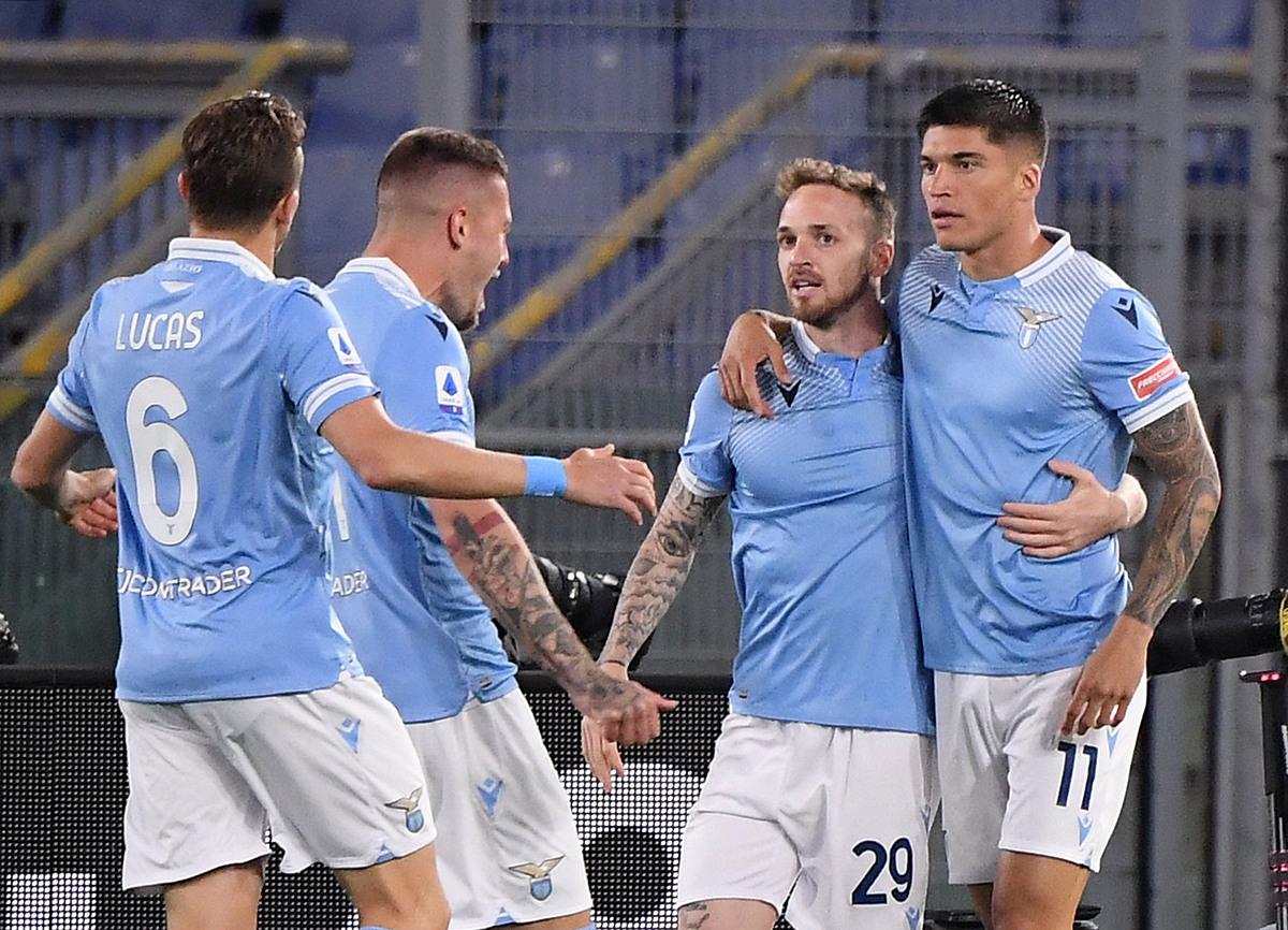 Correa (kanan) adalah pahlawan Lazio dalam pertarungan ini.  Foto: Reuters.