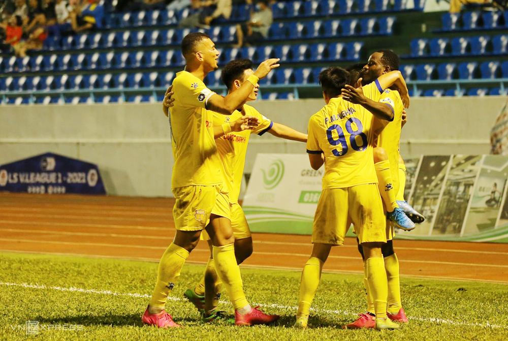 Oussou Kona ăn mừng cùng các đồng đội sau khi ghi bàn, giúp Nam Định đánh bại Quảng Ninh ngay tại Cẩm Phả ngày 27/4. Ảnh: Nguyễn Ngũ