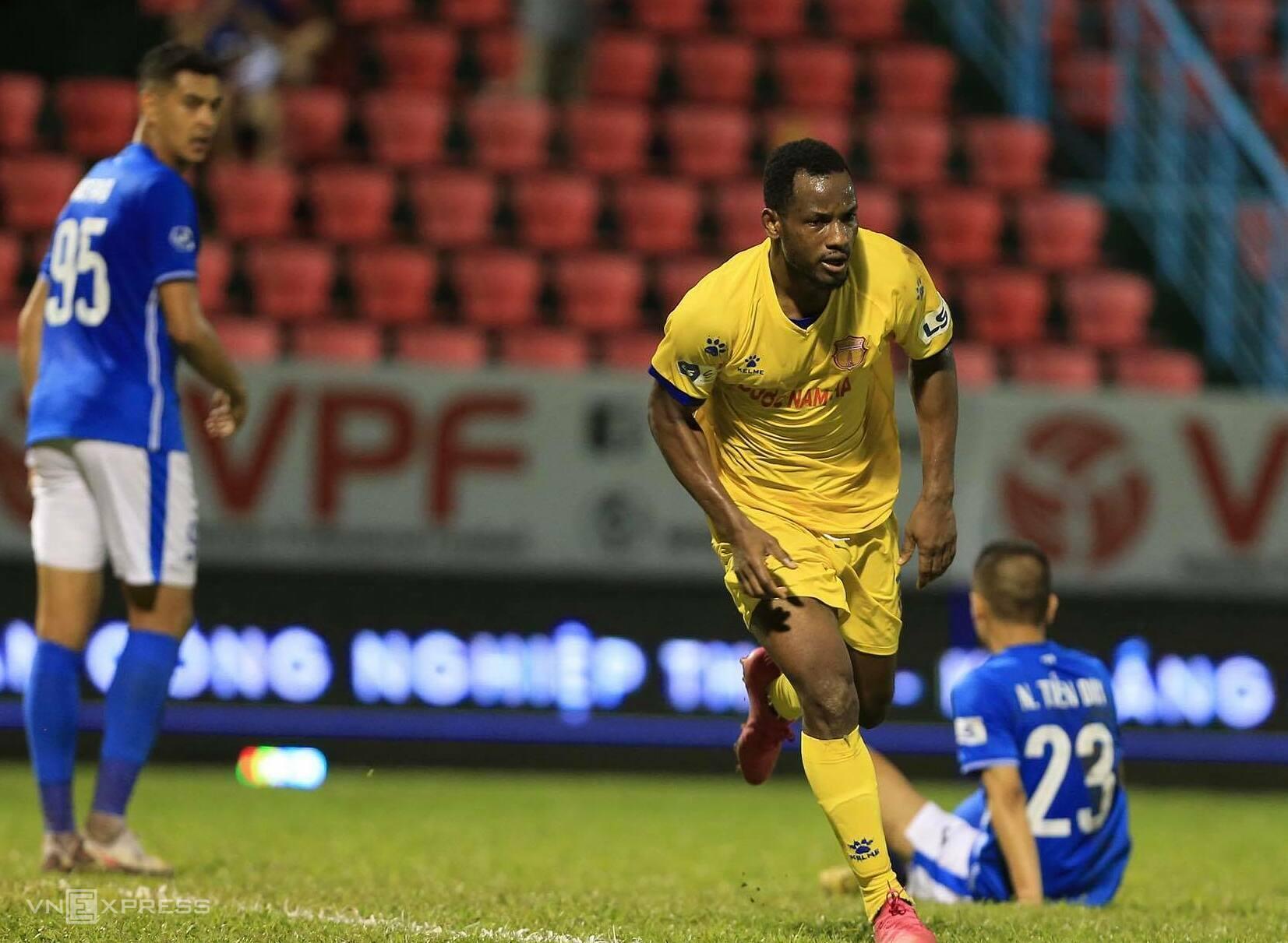 Oussou Kona merayakan satu-satunya gol, membantu Nam Dinh mengalahkan Quang Ninh di Cam Pha pada sore hari tanggal 27 April.  Foto: Nguyen Ngu