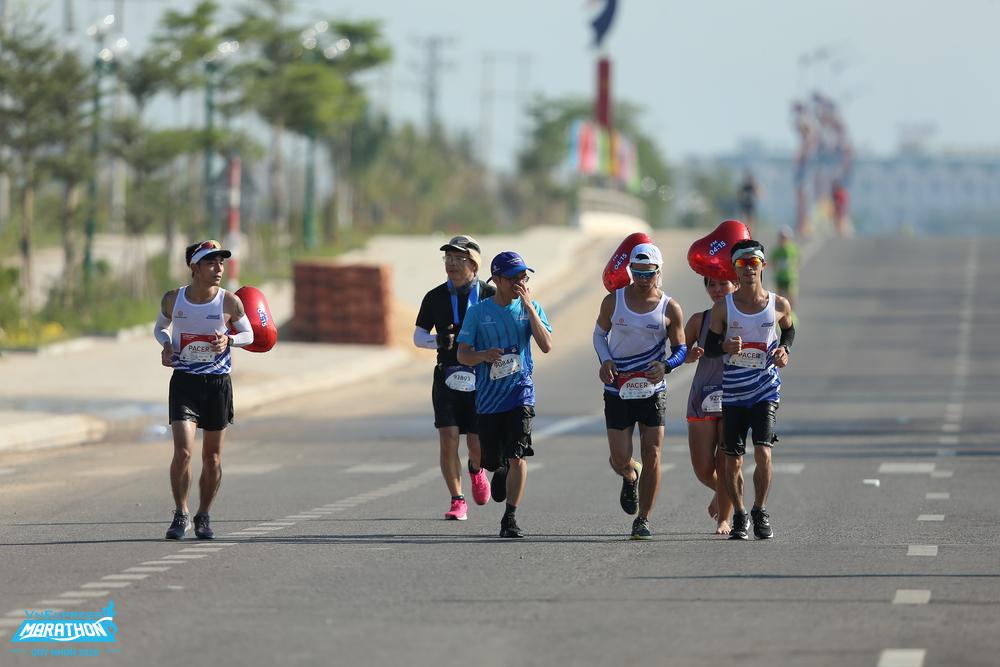 Pacer và các runner tại VM Quy Nhơn 2020. Ảnh: VnExpress Marathon.