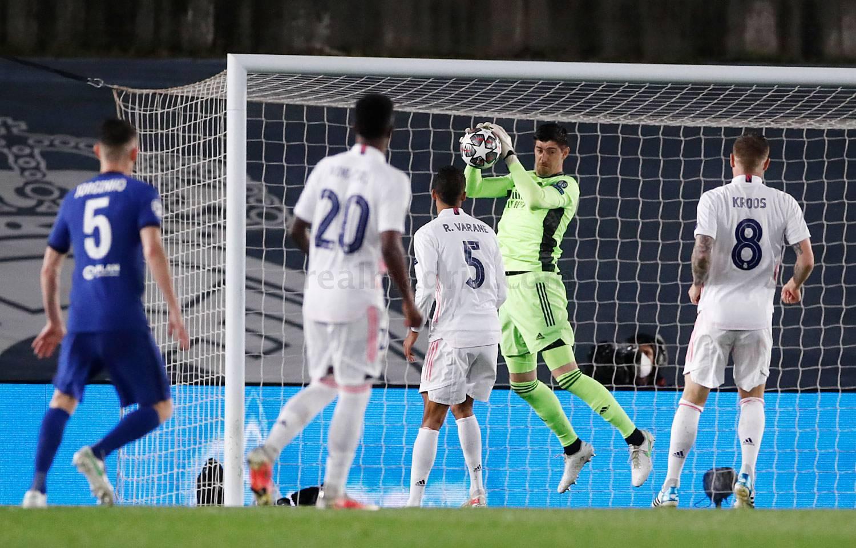 Thủ môi Courtois là một điểm sáng của Real trước Chelsea hôm qua. Ảnh: Twitter / Real Madrid