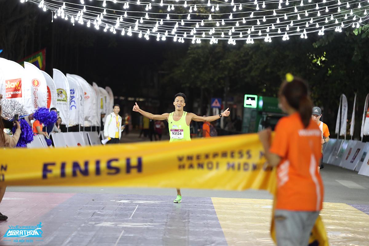 Trinh Quoc Luong is preparing to finish at VM Hanoi Midnight 2020. Photo: VnExpress Marathon.