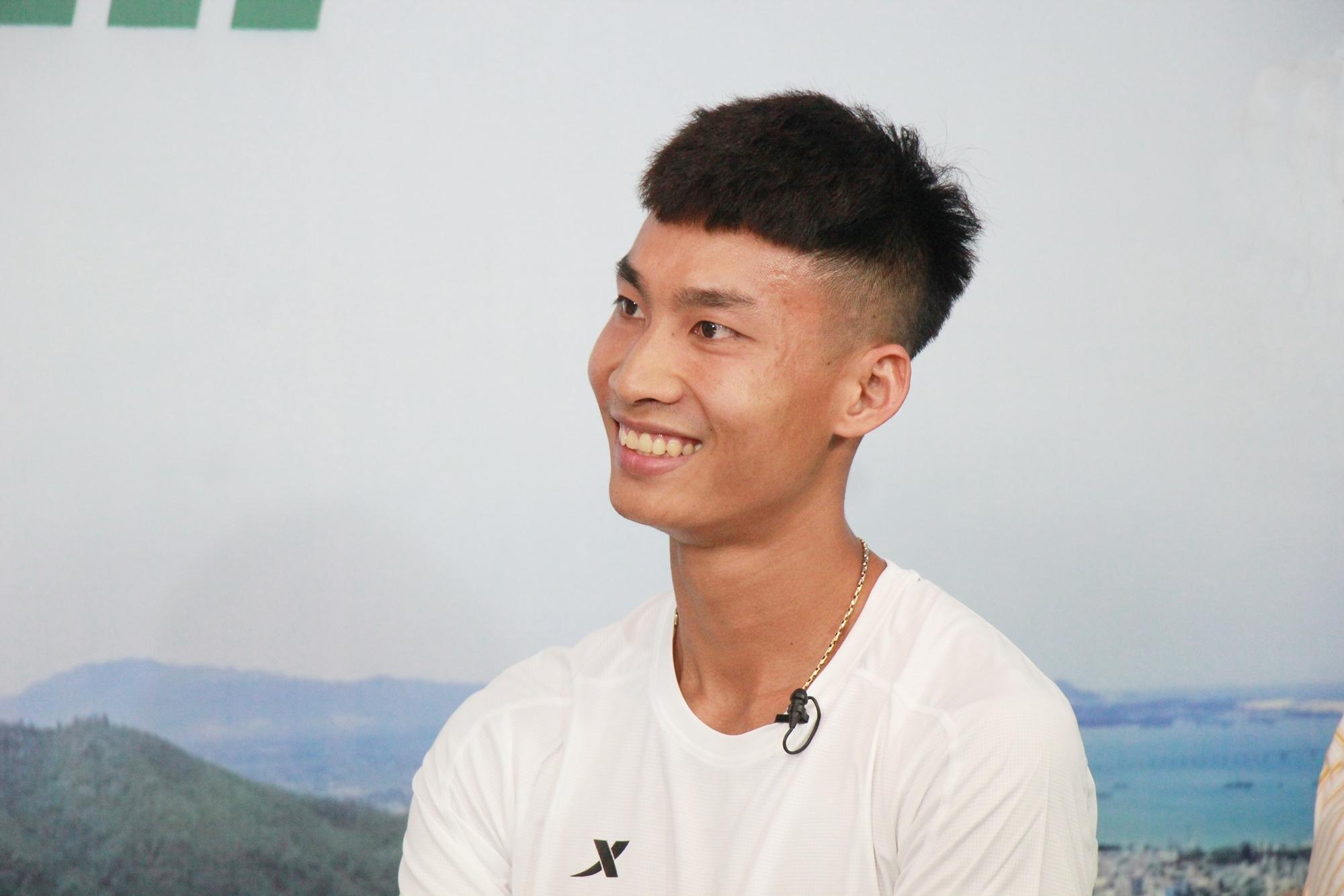 Trinh Quoc Luong - the defending champion at a distance of 42km VnExpress Marathon Hanoi Midnight 2020. Photo: Pham An.
